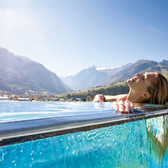 https://gasthofpost-bruck.at/wp-content/uploads/2016/02/tauern_spa_hotelpool_dame-liegend-540x540.jpg